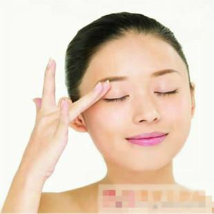 怎样去除黑眼圈 试试为双眼涂上眼霜吧